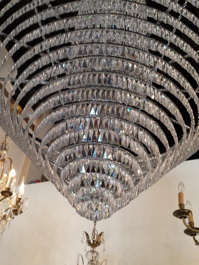 Zeer grote moderne kroonluchter met kristallen strass pegels